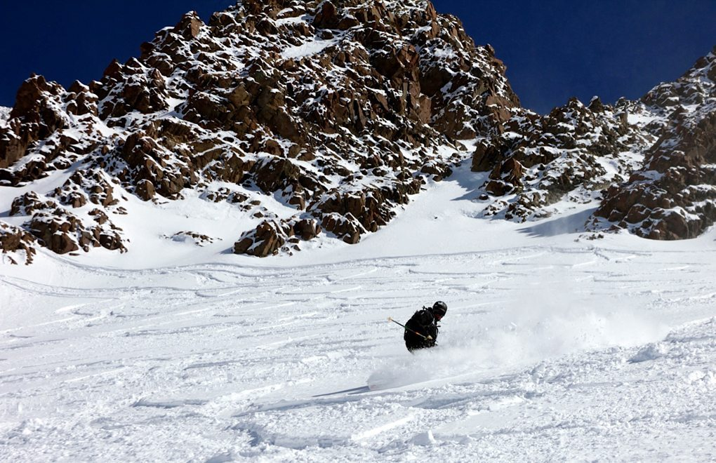 Jason Hutchins skiing switch pow on the Kastle West 110